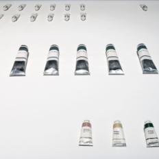"""Nicolas Floc'h, """"Peintures Recyclées"""", 2002-2004. Tubes en métal, bouchons plastiques, papier, encre, peinture (huile ou acrylique). Photo : Aurélien Mole© ; courtesy Palais de Tokyo."""