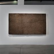 Zhanna Kadyrova, « Data extraction – Kiev », 2011 Asphalte, métal, résine époxy. 160 x 285 cm. Photo : Aurélien Mole© ; courtesy Palais de Tokyo.