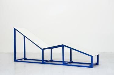 """Marcel Devillers, """"Éprouver l'identique"""", 2013. Bois, laque, miroirs. 190x80x20 cm. Courtesy de l'artiste."""