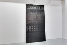"""Marcel Devillers, """"Celui qui chuchotait dans les ténèbres"""", 2015 gaffer tressé. 250x120x4 cm. Photo : Romain Darnaud ; courtesy de l'artiste."""