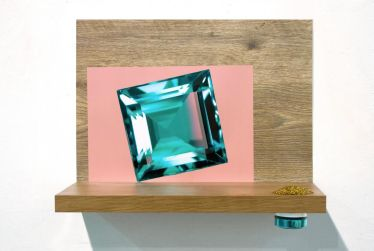 """Marcel Devillers, """"Je vous les donne pour mille"""", 2012. série de quatre étagères, impressions numériques, objets divers. 60 x 40 x 20cm"""