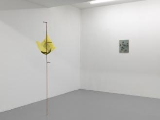 Céline Vaché-Olivieri, « Structure portante avec sac », 2016 Transfert sur sac plastique, objet en grès émaillé, cuivre. 42 x 97 cm