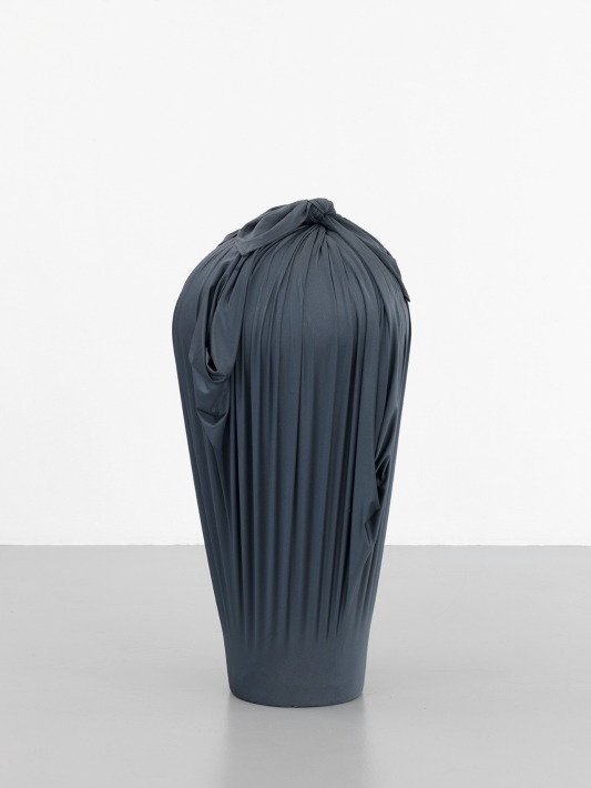 Céline Vaché-Olivieri, « Contrebande », 2016 Lycra®, céramique. 40 x 40 x 90 cm