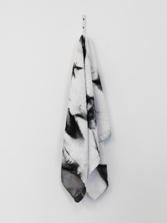 Céline Vaché-Olivieri, « Ananas Spray », 2016 Peinture aérosol sur serviette et crochet en céramique. 80 x 28 cm